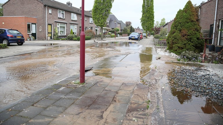 Julianastraat-in-Vriezenveen-overstroomd-na-gesprongen-waterleiding-Foto-News-United-Emiel-Geerding.jpg