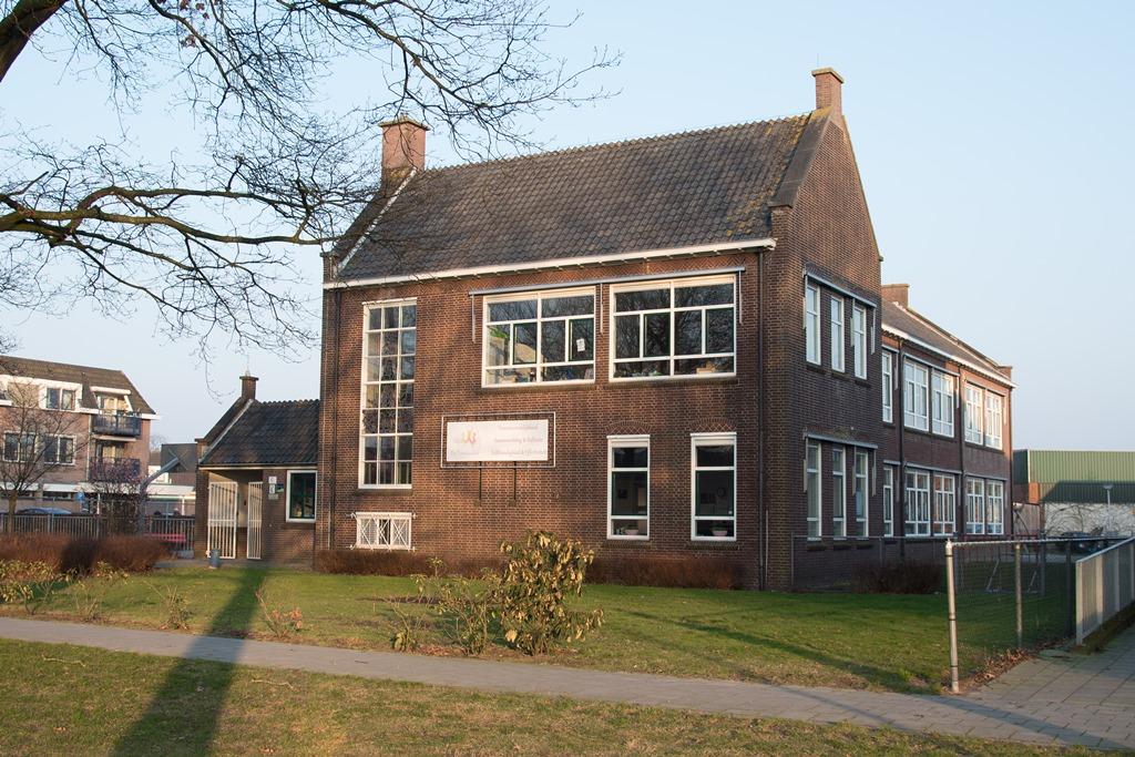 Foto van de buitenkant van het schoolgebouw